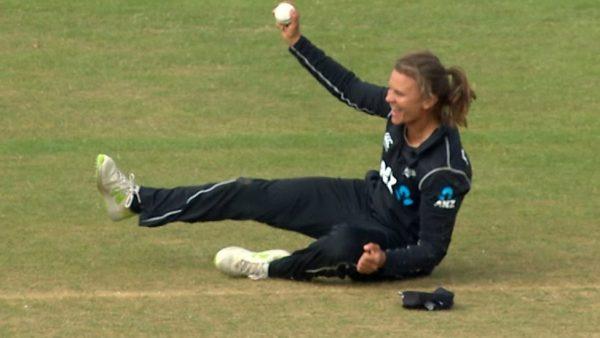 Suzie Bates takes stunning catch to dismiss Beth Mooney