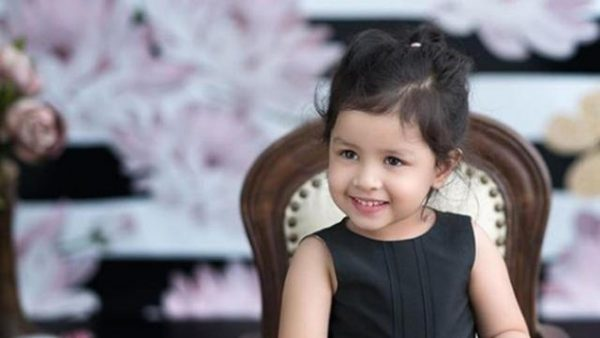 Ziva Dhoni Turns Into A Makeup Artist For MS Dhoni